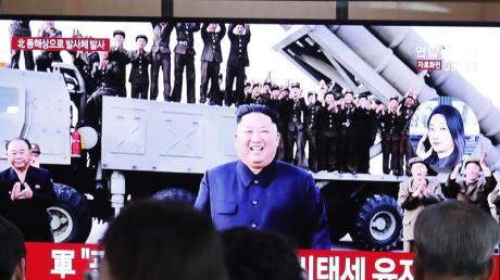 Auf einem Bildschirm in einer Seouler Bahnstation wird in einer Nachrichtensendung über den nordkoreanischen Raketentest berichtet. Foto: Ahn Young-Joon/AP/dpa