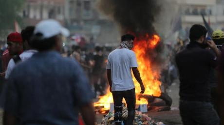 Demonstranten verbrennen Reifen während eines Protestes inBagdad. Foto: Khalil Dawood/XinHua/dpa