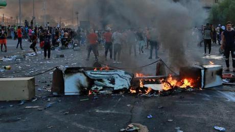 Der krisengeplagte Irak ist von wütenden Protesten mit mehreren Toten und teils chaotischen Zuständen erschüttert worden. Foto: Hadi Mizban/AP/dpa