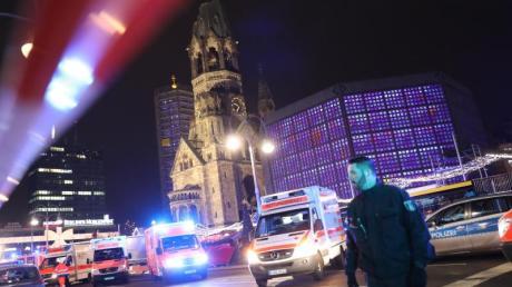 Polizisten und Rettungskräfte vor der Gedächtniskirche in Berlin. Im Dezember 2016 richtete Anis Amri auf dem Weihnachtsmarkt am Berliner Breitscheidplatz ein Blutbad an.