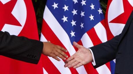 Handshake:US-Präsident Donald Trump (r.) und der nordkoreanische Machthaber Kim Jong Un bei ihrem Treffen in Singapur im Februar diesen Jahres. Foto: Evan Vucci/AP/dpa