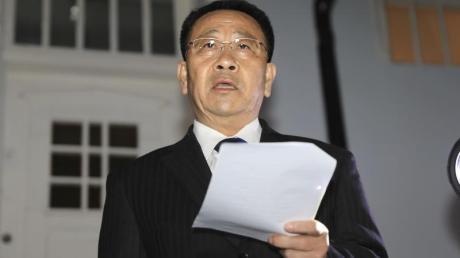 Kim Myong Gil, nordkoreanischer Unterhändler, liest einer Erklärung vor der nordkoreanischen Botschaft in Stockholm.