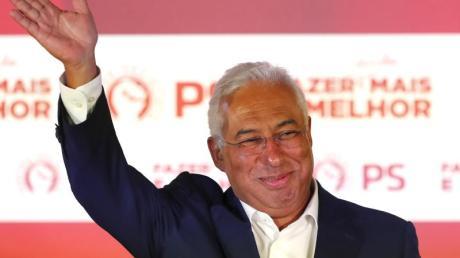 Portugals linker Ministerpräsident António Costa jubelt nach seinem Wahlsieg.
