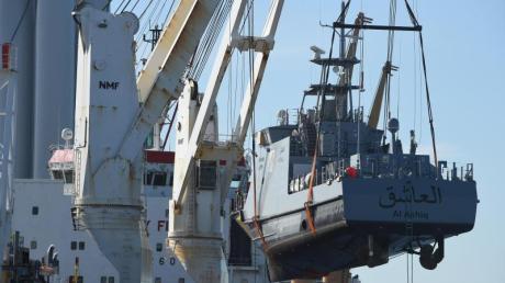 Ein Küstenschutzboot für Saudi-Arabien wird im Hafen Mukran in Mecklenburg-Vorpommern auf ein Transportschiff verladen. Foto: Stefan Sauer/zb/dpa