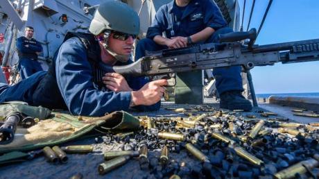 Schießübungen an Bord eines US-Zerstörers im Golf von Oman (Archiv). Die Vereinigten Staaten schicken weitere Soldaten nach Saudi-Arabien. Foto: Jacob Milham/US Navy/dpa