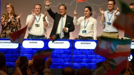 Nordrhein-Westfalens Regierungschef Armin Laschet winkt beim Deutschlandtag der Jungen Union vom Podium. Neben ihm steht der JU-Bundesvorsitzende Tilman Kuban.