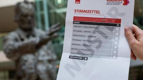 Muster-Stimmzettel für die Mitglieder-Abstimmung über den SPD-Vorsitz. Foto: Bernd von Jutrczenka/dpa