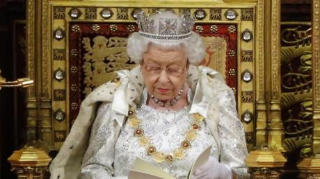 Die Queen wirkte ernst, als sie die Regierungserklärung von Premierminister Boris Johnson vor den Parlamentariern beider Kammern im Oberhaus verlas.