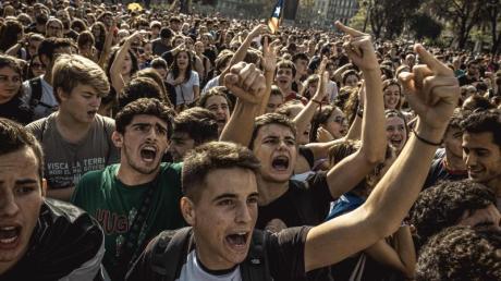 Tausende Befürworter der Unabhängigkeit Kataloniens protestieren in Barcelona gegen das Urteil des Obersten Gerichts.