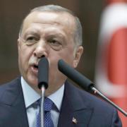 Einer gegen alle:Der türkische Präsident Recep Tayyip Erdogan spricht im Parlament in Ankara. Foto: Burhan Ozbilici/AP/dpa
