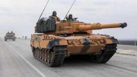 Ein türkischer Panzer vom Typ Leopard 2A4 in der Nähe der syrischen Grenze. Foto: -/XinHua/dpa