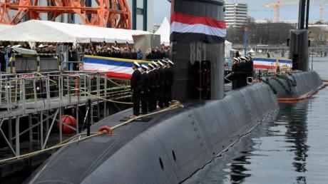 Ein deutsches U-Boot wird an die Marine von Ägypten ausgeliefert. Deutsche Rüstungsbauer haben 2018 weniger Waffen verkauft als im Vorjahr. Weltweit haben die Verkäufe deutlich zugenommen. Besonders profitieren US-Unternehmen.