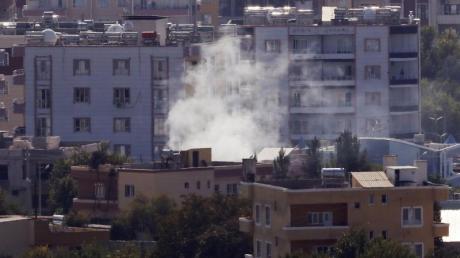 Rauch steigt über der syrischen Stadt Ras al-Ain auf. Foto: Lefteris Pitarakis/AP/dpa