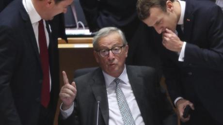 Sein letzter EU-Gipfel:Jean-Claude Juncker (M.), Präsident der Europäischen Kommission, spricht mit dem luxemburgischen Premier Xavier Bettel (l.) und Frankreichs Präsident Emmanuel Macron.