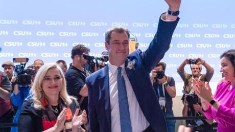 Hervorragendes Ergebnis: Parteifreunde gratulieren CSU-Chef Markus Söder zu seiner Wiederwahl. Foto: Peter Kneffel/dpa