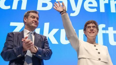 CSU-Chef Markus Söder und CSU-Chefin Annegret Kramp-Karrenbauer beim CSU-Parteitag in München. Foto: Peter Kneffel/dpa