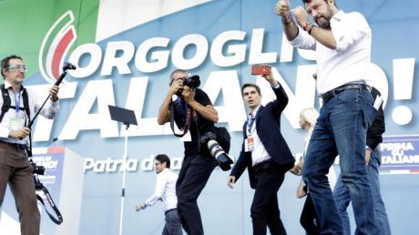 Umringt von Fotografen betritt Matteo Salvini, Chef der rechten Lega und ehemaliger Innenminister von Italien, die Bühne der Großkundgebung. Foto: Andrew Medichini/AP/dpa