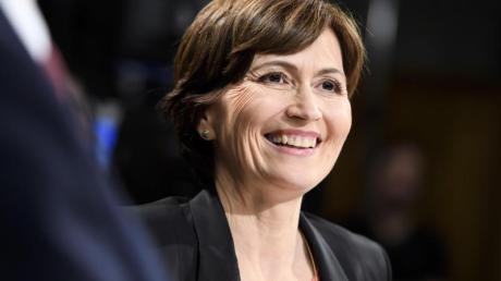 Regula Rytz, Parteichefin der Grünen und Nationalrätin, freut sich über das Wahlergebnis. Foto: Anthony Anex/KEYSTONE/dpa