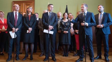 Wolfram Günther und Katja Meier von Bündnis 90/Die Grünen, Martin Dulig von der SPD und Sachsens CDU-Ministerpräsident Michael Kretschmer Anfang Oktober nach einer Sondierungsrunde.