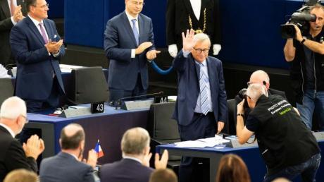 Stehende Ovationen für den scheidenden Präsidenten der EU-Kommission, Jean-Claude Juncker (2.v.r.).