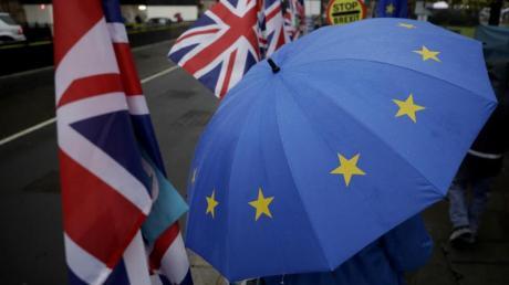Ein Demonstrant zeigt seine Ablehnung gegen den Brexit vor dem britischen Parlament mit einem EU-Regenschirm. Foto: Matt Dunham/AP/dpa