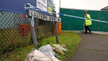 Blumensträuße erinnern am Straßenrand im Industriegebiet in Grays an die 39 Toten. Foto: Stefan Rousseau/PA Wire/dpa