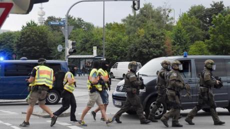 Polizisten in Spezialausrüstung in der Nähe des Olympia-Einkaufszentrums (OEZ). Das Bayerische Landeskriminalamt stuft die Tat als politisch motiviert ein.
