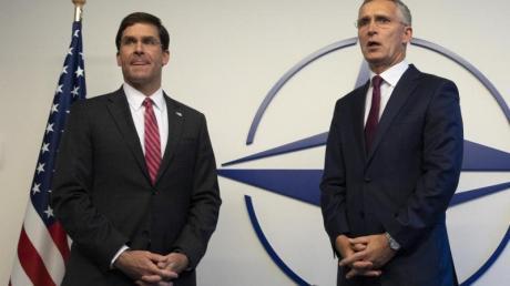 US-Verteidigungsminister Mark Esper(l.) und NATO-Generalsekretär Jens Stoltenberg beim Treffen der Verteidigungsminister der NATO-Sstaaten. Foto: Virginia Mayo/AP Pool/dpa