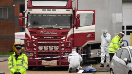 Polizisten und Mitarbeiter der Spurensicherung arbeiten am 23. Oktober an dem Lkw, in dem die 39 Leichen gefunden wurden. Foto: Stefan Rousseau/PA Wire/dpa