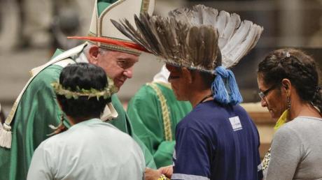 Im Rahmen der Amazonas-Synode trifft Papst Franziskus im Vatikan Mitglieder eines indigenen Volkes. Foto: Andrew Medichini/AP/dpa