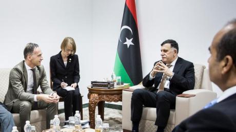 Bundesaußenminister Heiko Maas (l) im Gespräch mit Ministerpräsident Fajis al-Sarradsch, der die international anerkannte Regierung in Libyen führt. Foto: Florian Gärtner/photothek/dpa