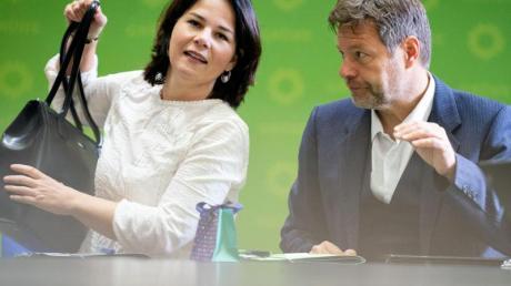 Die Grünen-Bundesvorsitzenden Annalena Baerbock und Robert Habeck vor Beratungen über das Ergebnis der Thüringer Landtagswahl. Foto: Kay Nietfeld/dpa