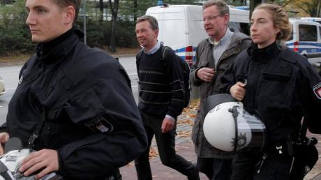 AfD-Mitbegründer Bernd Lucke (2.v.l.) verlässt nach seiner durch massive Proteste gestörten Antrittsvorlesung von Polizisten geschützt den Campus der Universität Hamburg.