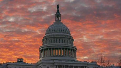 Die Sonne geht hinter dem Kapitol in Washington auf. Das Repräsentantenhaus tagt wie der Senat im Kapitol. Foto: J. Scott Applewhite/AP/dpa