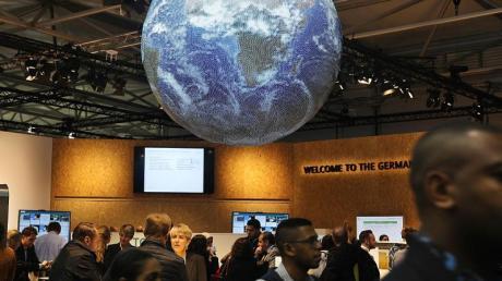 Eine Weltkugel hängt auf der Weltklimakonferenz auf dem deutschen Pavillion in Bonn. Foto: Oliver Berg/dpa/Archiv