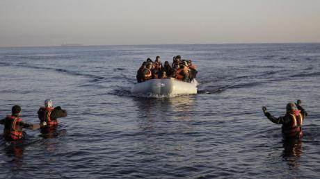 Sie haben es geschafft: Ein Flüchtlingsboot erreicht die griechische Insel Lesbos. Foto: Socrates Baltagiannis/dpa