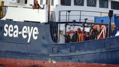 Migranten und Besatzungsmitglieder stehen an Deck des deutschen Rettungsschiffs «Alan Kurdi».