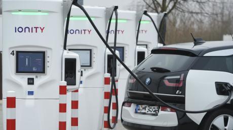 Vorbildliche Elektro-Tankstelle: Diese Rastanlage an der A20 in Mecklenburg-Vorpommern ist mit Schnellladesäulen und CCS-Ladesteckern ausgestattet, die deutlich verkürzte Ladezeiten erlauben.