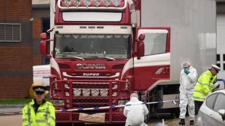 Spurensicherung an dem Lkw, in dem nahe London vor zwei Wochen 39 Leichen entdeckt worden waren. Foto: Stefan Rousseau/PA Wire/dpa/Archivbild