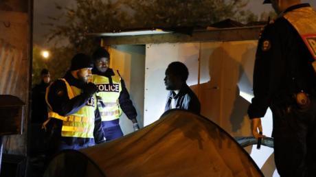 Einsatz im Flüchtlingscamp: Momentaufnahme aus dem Pariser Vorort Saint-Denis. Foto: Francois Mori/AP/dpa