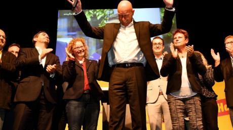 Jetzt hat er es tatsächlich geschafft:FDP-Spitzenkandidat Thomas Kemmerich bei der FDP-Wahlparty nach der Bekanntgabe der ersten Ergebnisse. Foto: Frank May/dpa - Zentralbild/dpa