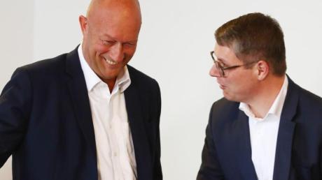 Endlich geschafft Thüringens FDP-Chef Thomas L. Kemmerich und Generalsekretär Robert Martin Montag strahlen nach der Bekanntgabe des endgültigen Ergebnisses der Landtagswahl. Foto: Bodo Schackow/dpa-Zentralbild/dpa