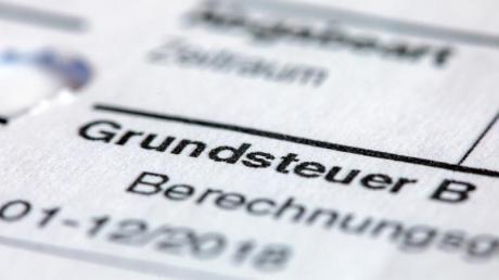 Ein Abgabenbescheid für die Entrichtung der Grundsteuer. Foto: Jens Büttner/zb/dpa