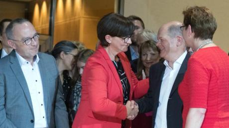 Sie reden vom Kanzleramt:Die SPD-Kandidatenpaare Norbert Walter-Borjans (l) und Saskia Esken (2.v.l) sowie Olaf Scholz (2.v.r.) und Klara Geywitz (r.). Foto: Jörg Carstensen/dpa