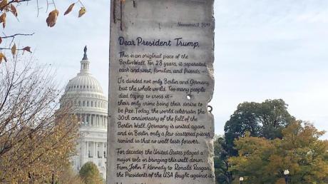 Das Segment der Berliner Mauer mit einer Botschaft an US-Präsident Trump vor dem Kapitol in Washington. Foto: --/Initiative Offene Gesellschaft/dpa