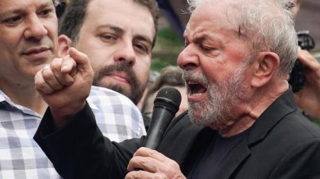 Angriffslustig: Brasiliens Ex-Präsident Luiz Inácio Lula da Silva bei einer Kundgebung am Hauptsitz der Metallarbeiter-Gewerkschaft. Foto: Leo Correa/AP/dpa