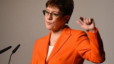 Die CDU-Vorsitzende und Bundesverteidigungsministerin Annegret Kramp-Karrenbauer fordert ihre innerparteilichenGegner zu einer offenen Auseinandersetzung auf. Foto: Nicolas Armer/dpa