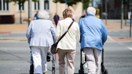Senioren sind im Straßenverkehr besonders gefährdet, sagt die Polizei. Bei Friedberg starb am Sonntag eine 80-jährige Fußgängerin auf der A8.