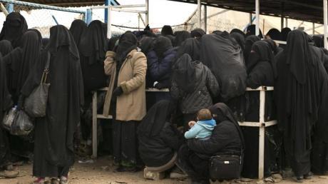 Im Lager Al-Haul in Syrien stehen Frauen für Hilfsgüter an. Nach dem Fall der letzten IS-Bastion Ende März befinden sich Tausende IS-Kämpfer und ihre Angehörigen in Gefangenenlagern. Foto: Maya Alleruzzo/AP/dpa
