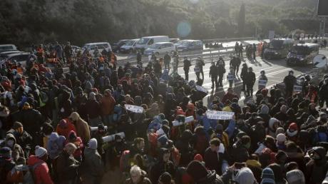 Französische Polizisten treiben Anhänger der katalanischen Unabhängigkeitsbewegung von einem Grenzübergang in den Pyrenäen zurück. Foto: Joan Mateu/AP/dpa